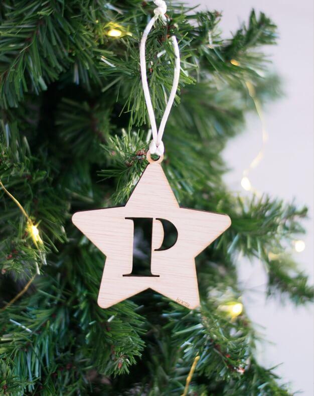 La Navidad es para disfrutarla con la gente que más quieres. Descubre nuestros adornos para el árbol personalizados con los nombres de toda la familia. Adorno Navidad Personalizado estrella con inicial