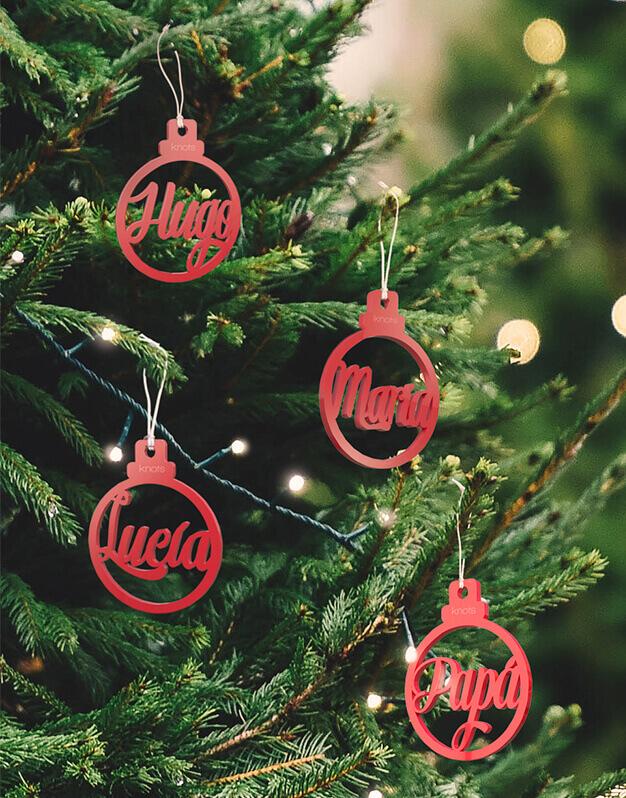 La Navidad es para disfrutarla con la gente que más quieres. Descubre nuestros adornos para el árbol personalizados con los nombres de toda la familia.