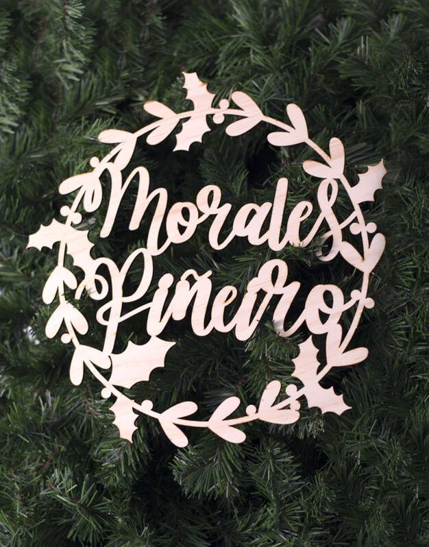 Corona de Navidadcon los apellidos familiares fabricada en madera para decorar la puerta, ventanas, para colgar de una pared o del árbol de Navidad.