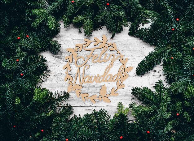 Corona de Navidad fabricada en madera para decorar la puerta, ventanas o para colgar de una pared. Da la bienvenida en tu hogar a tus invitados y contagia el espíritu navideño a tus familiares y amigos. Disponible en dos tamaños, grande de 30 cm y pequeña de 16 cm de diámetro.