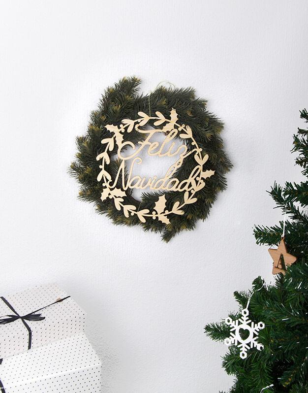 Corona de Navidad fabricada en madera para decorar la puerta, ventanas o para colgar de una pared. Da la bienvenida en tu hogar a tus invitados y contagia el espíritu navideño a tus familiares y amigos. Disponible en dos tamaños.