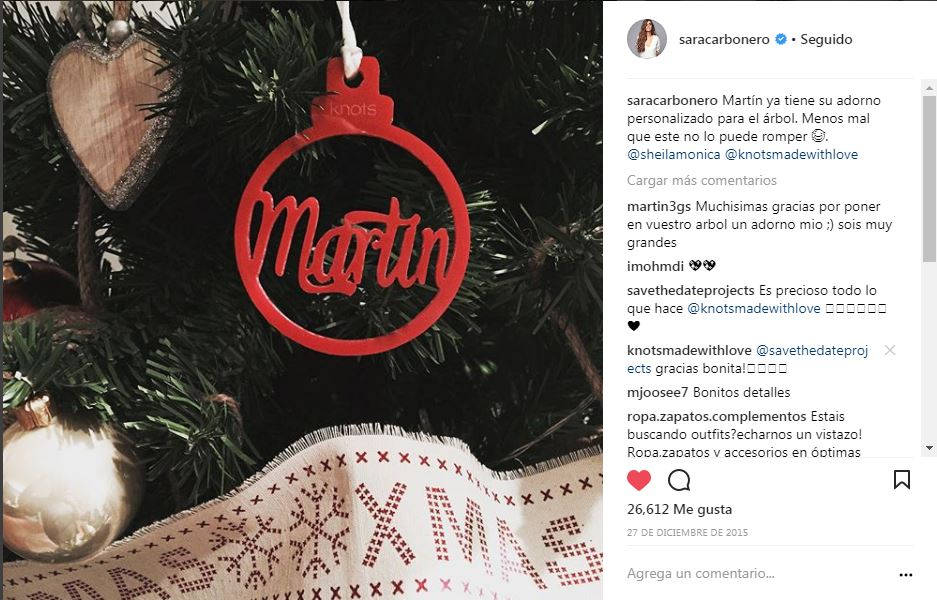Adornos personalizados en el árbol de Navidad de Sara Carbonero - Naviknots desde 2015