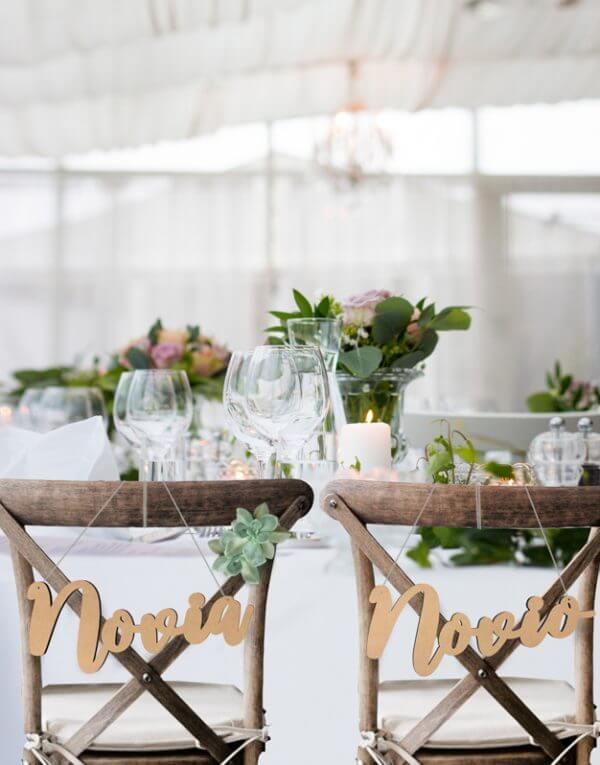 ¡Qué vivan los novios! Hemos creado este original set de carteles para marcar el sitio de los novios en la boda. Están fabricados en madera de pino contrachapada y tienen una dimensión de 35 x 15 cm. El set incluye cada palabra y un cordón para colgarlo en la silla de la boda.