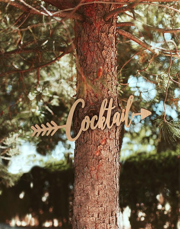Cartel en forma de flecha indicativo para bodas.