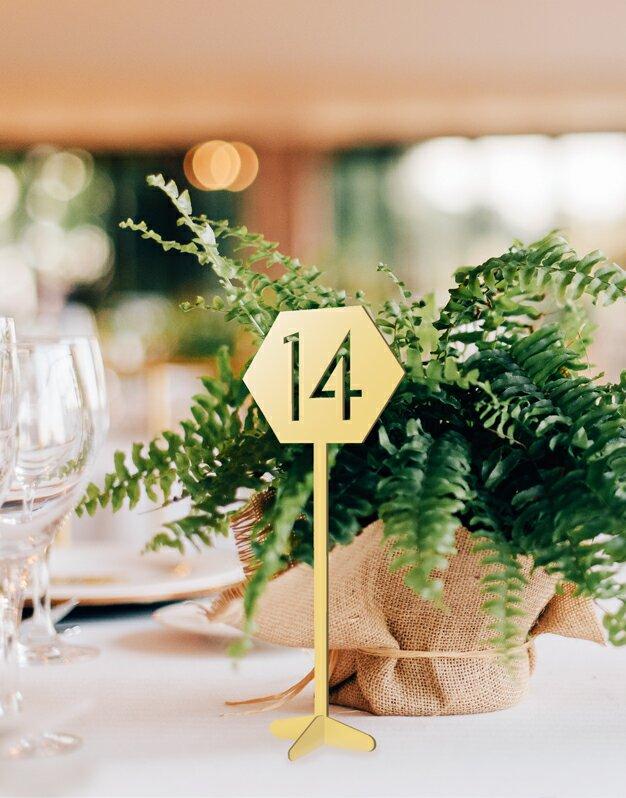 Mesero con número en forma de hexágono, corazón o círculo perfecto para bodas y eventos knots made with love.