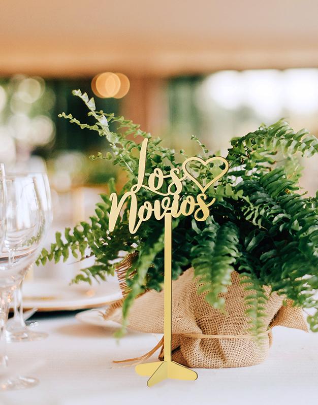 Mesero de bodas para la mesa de los novios.