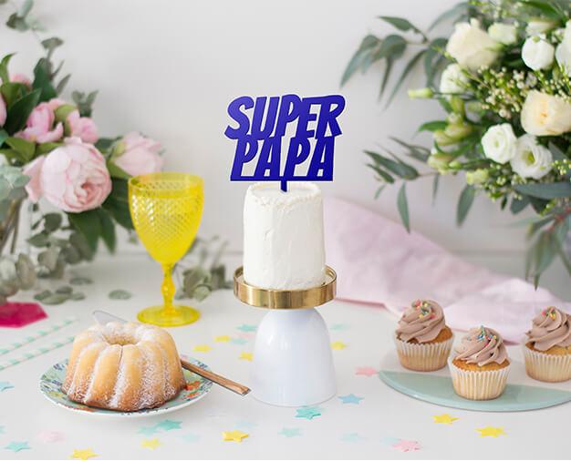 SUPER PAPA es un cake topper únicamente para padres super héroes que dan todo por sus hijos. Prepárale un detalle único para el Día del Padre.