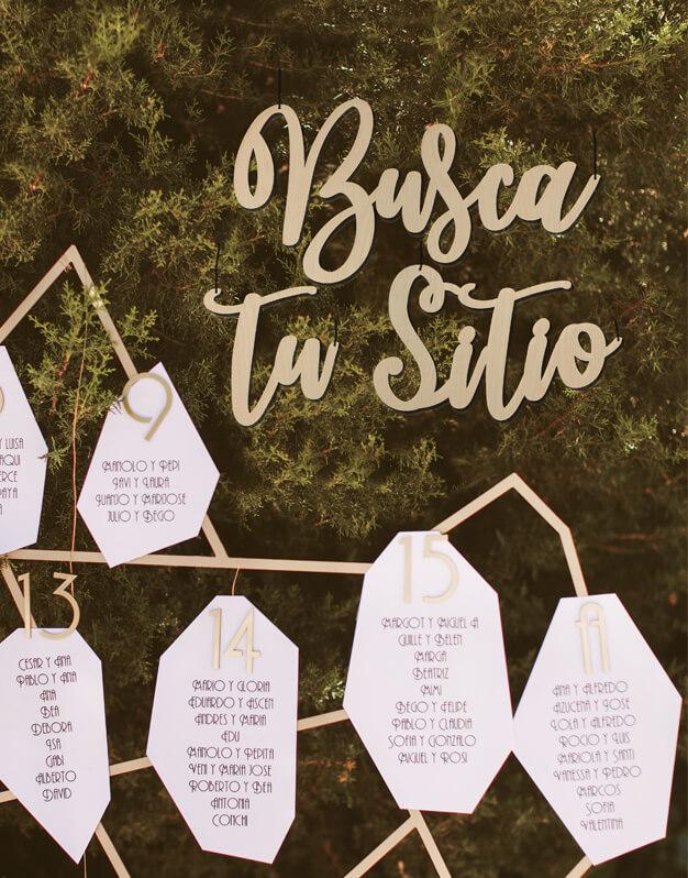Cartel Busca tu sitio diseñado para colocar el seating plan de bodas y eventos. Cuélgalo o pégalo a una superficie lisa y decora tu boda con este bonito cartel de madera de tres palabras.