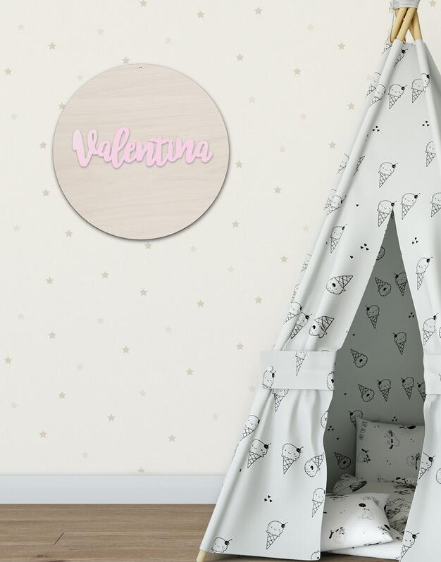Círculo con nombre en color fabricado en madera con nombre en el interior knots made with love. Decora un dormitorio infantil o una fiesta con nuestros originales poligoKnots. ¡Descúbrelo aquí!