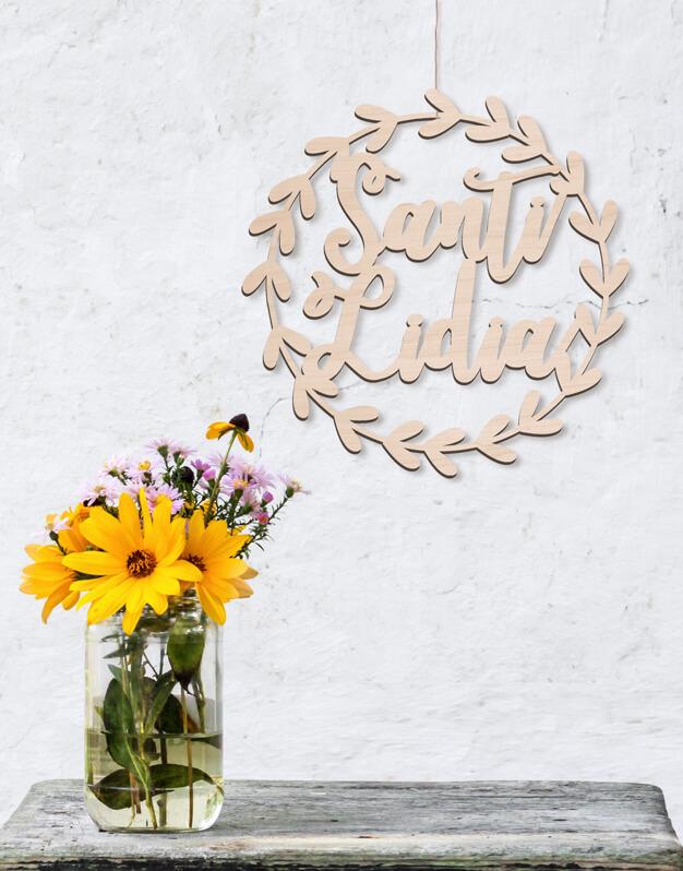 Corona de hojas en madera con nombre perfecta para dormitorios o para decorar en bodas. Descúbrelo en nuestra tienda online y regala knots made with love.