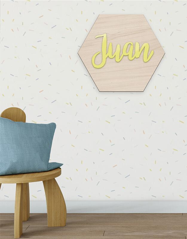 Hexágono con nombre color fabricado en madera con nombre en el interior knots made with love. Decora un dormitorio infantil o una fiesta con nuestros originales poligoKnots. ¡Descúbrelo aquí!