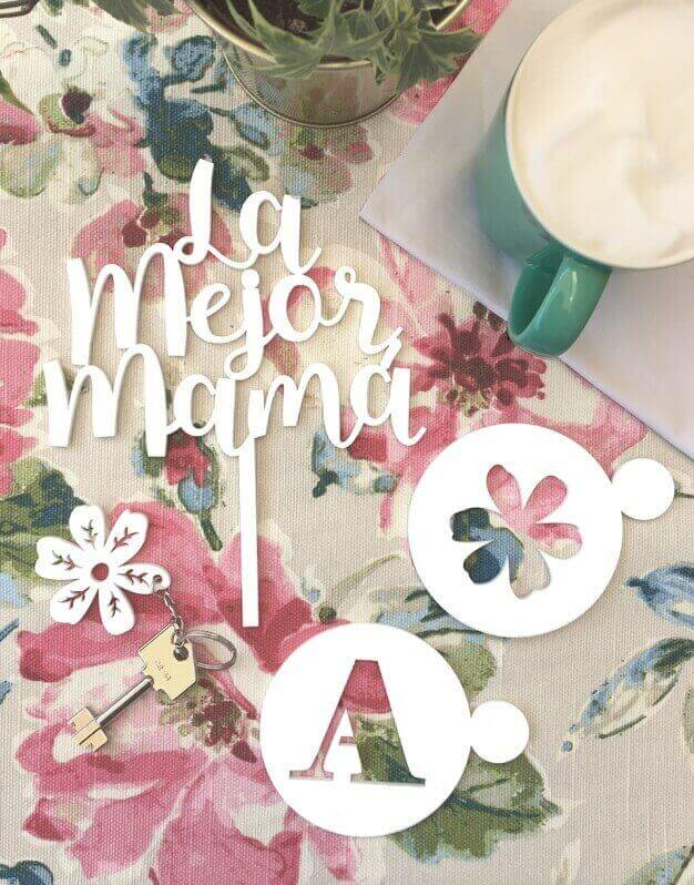¿Buscas un regalo único para el día de la Madre? Descubre este set la mejor mamá compuesto por un posavasos plantillas de café y un llavero de flor y un cake topper la mejor mamá.