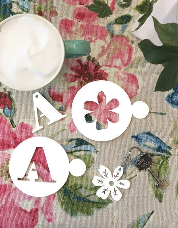 ¿Buscas un regalo único para el día de la Madre? Descubre este set el mejor mamá compuesto por un posavasos plantillas de café y un llavero de flor.