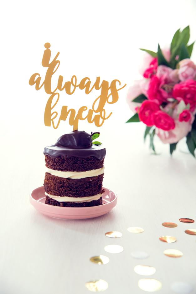Cada boda tiene una canción y sin duda esta es la pera, no te pierdas este cake topper adornos para tartas de boda. Descubre los cake toppers de canciones.