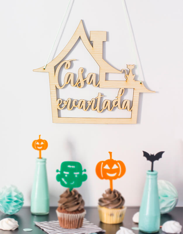 ¿Decoras tu puerta para Halloween? Con este cartel para puerta o pared Casa Encantada Halloween puedes indicar que en vuestra casa sí se celebra esta divertida fiesta. Fabricado en madera de 5 mm está disponible en un tamaño de 30 cm x 26 cm. Diseñado y fabricado por Knots made with love con mucho amor en Madrid.