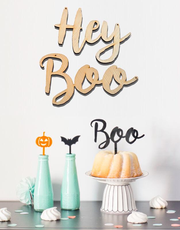 Cartel para puerta o pared Hey Boo Halloween, también es perfecta para montar como guirnalda y colgarla de una pared o estantería. Fabricado en madera de 5 mm está disponible en dos tamaños. La medida indicada es la de las dos palabras colocadas en línea una a continuación de la otra con el respectivo hueco. En la imagen se muestra el tamaño grande. Diseñado y fabricado por Knots made with love con mucho amor en Madrid.