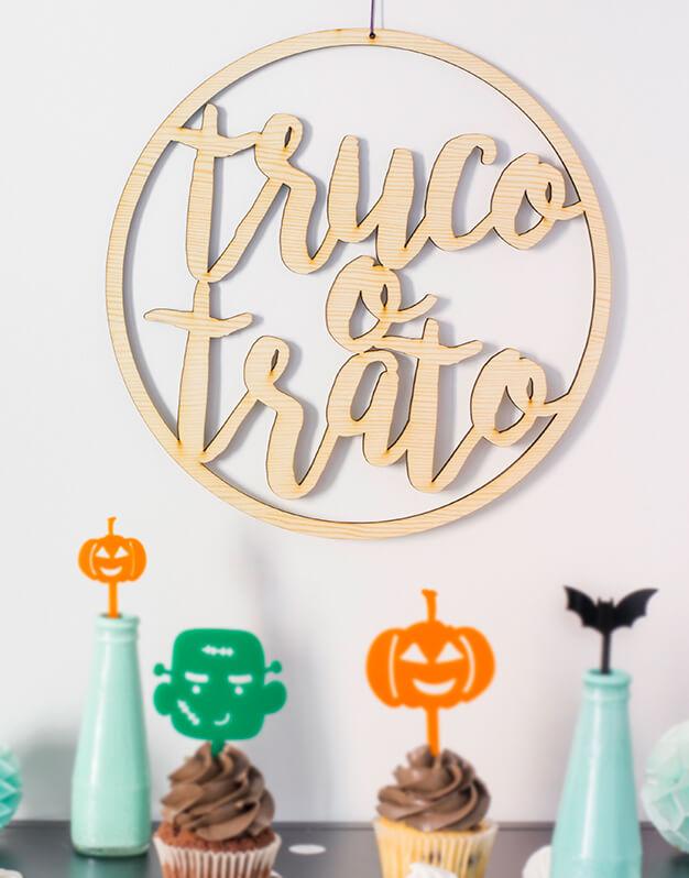 ¿Decoras tu puerta para Halloween? Con este cartel para puerta o pared Truco o Trato Halloween puedes indicar que en vuestra casa sí se celebra esta fiesta.