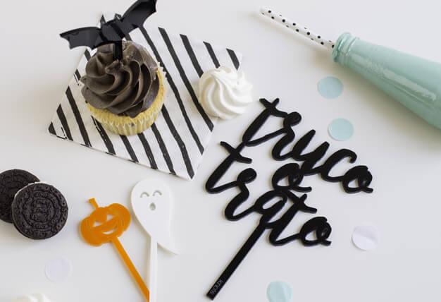 Si celebras esta fiesta tan americana no puedes no tener tuTruco o Trato cake topper adorno para tarta Halloween en la tarta. Prepara una mesa de dulces y coronalá con este original knots.