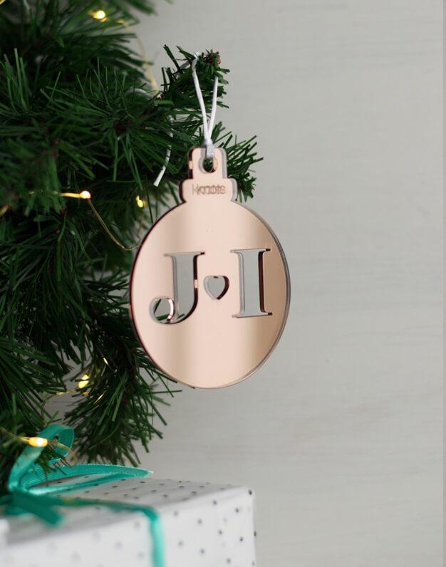 Adorno Navidad Personalizado con iniciales bola, la Navidad es para disfrutarla con la gente que más quieres. ¡Decora tu hogar con #naviknots, los adornos navideños que triunfan entre las celebrities!