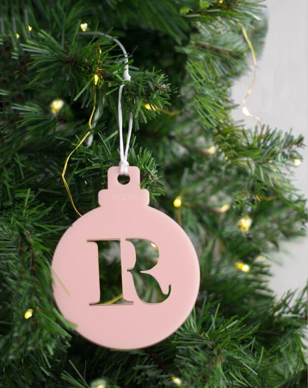 Adorno Navidad Personalizado con inicial bola, la Navidad es para disfrutarla con la gente que más quieres. ¡Decora tu hogar con #naviknots, los adornos navideños que triunfan entre las celebrities!