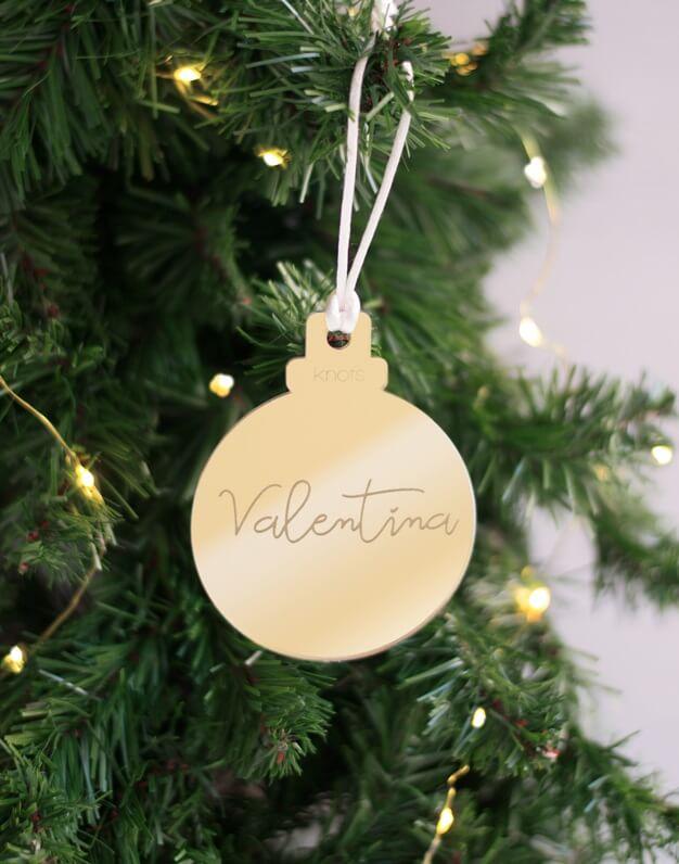 Adornos para el árbol personalizados con nombre en espejo, diseñamos adornos desde 2014 ¡Decora tu hogar con #naviknots, los adornos navideños que triunfan entre las celebrities!