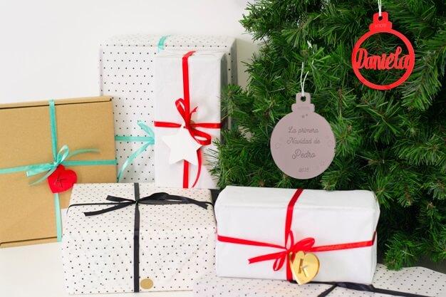 Hay momentos que son únicos por eso hemos creado un adorno Navidad personalizado primera Navidad con el nombre y el año de nacimiento.¡Decora tu hogar con #naviknots, los adornos navideños que triunfan entre las celebrities!