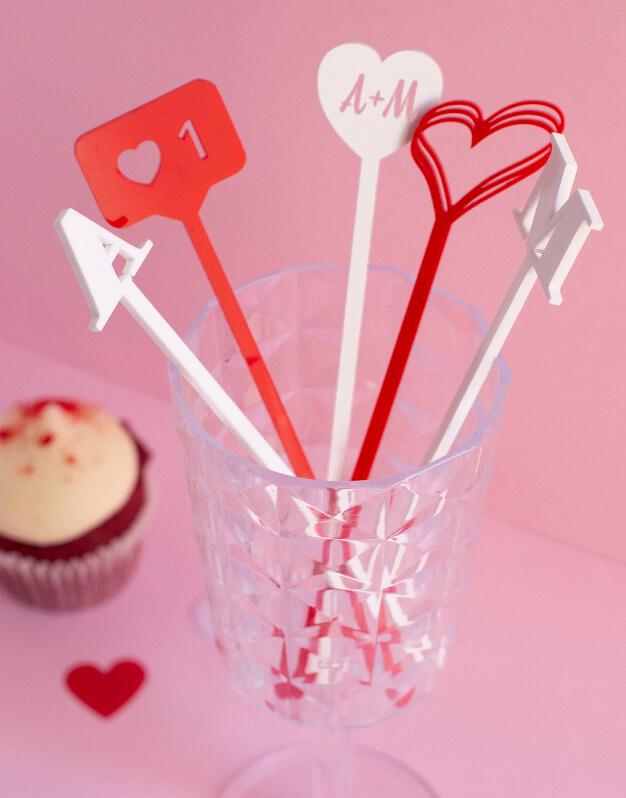 ¿Buscas un regalo para novios o para tu pareja? No te pierdas este original Set 5 agitadores iniciales para novios. ¡Descúbrelo en knots!