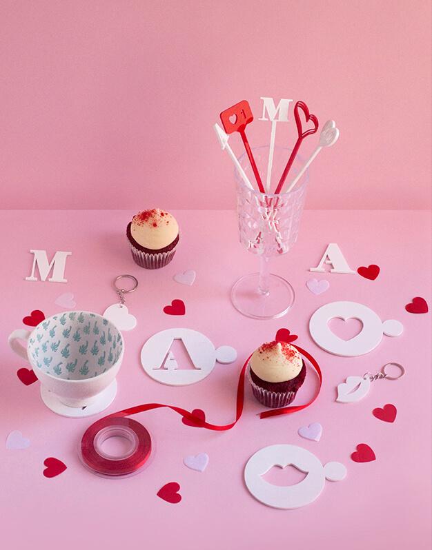 No te pierdas este origial Set de regalo San Valentín compuesto por posavasos, agitadores y llaveros personalizados con iniciales. ¡Descubrelo en knots!