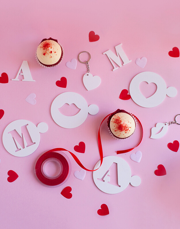 Si buscas un detalle para reglar a una pareja, este set de posavasos y llavero de iniciales es una idea original personalizado con sus iniciales.
