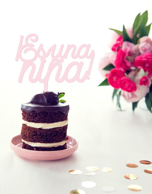 Es una niña cake topper adorno para tarta baby shower knots made with love perfecto para fiestas de revelación del sexo y baby shower.