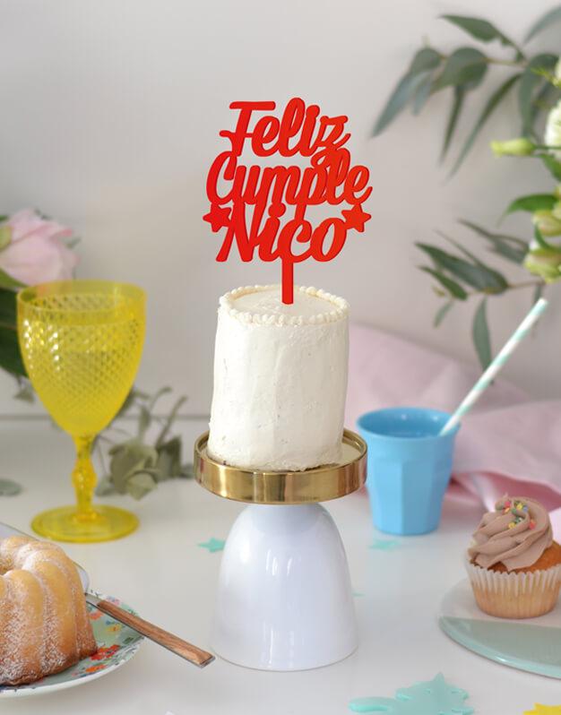 Un original adorno paratartas cake topper de feliz cumple nombre para tener durante un año tras otro en tu tarta de cumpleaños.Fabricado en acrílico de color para guardarlo como recuerdo de la fiesta de cumple.