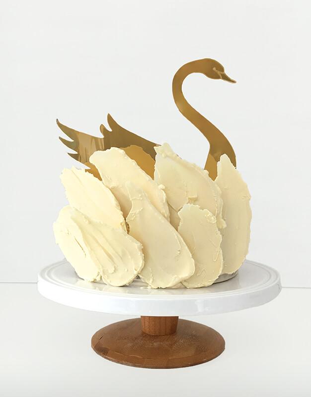 Cisne cake topper para cumpleaños temático de cisnes o animales. Descubre este adorno para pastel único en nuestra tienda online.