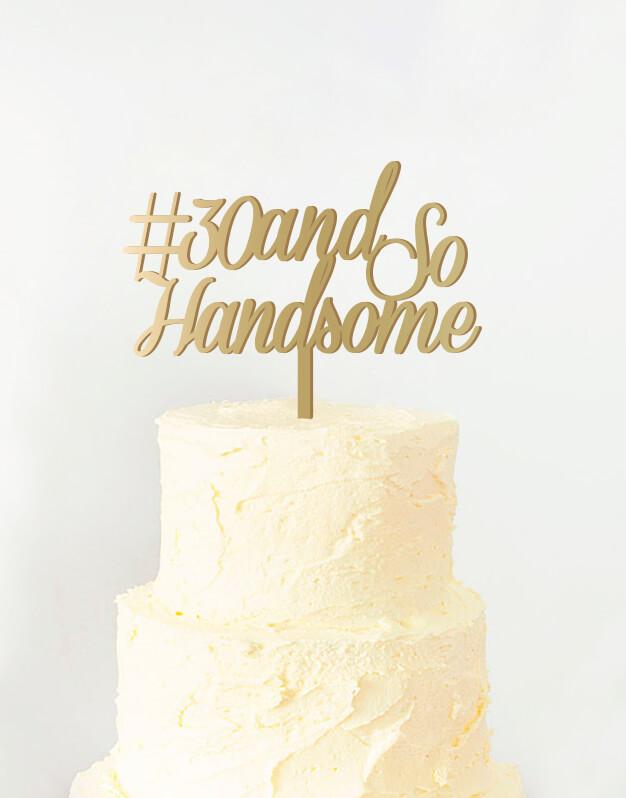 Cake topper adorno para tarta cumpleaños para chico disponible en más de 30 colores. Descubre este adorno para pastel único en knots made with love