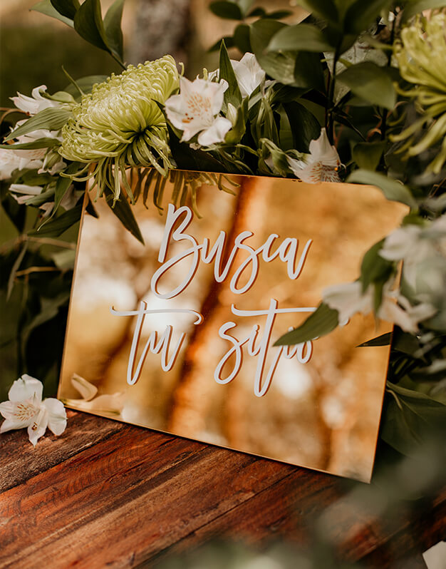 Letrero Busca tu Sitio para decorar el seating plan de tu boda con un elegante diseño bicolor. Descubre las combinaciones más originales en knots made with love.