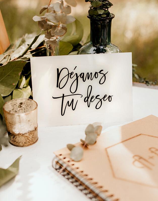 Letrero Déjanos tu Deseo para decorar la zona del libro de firmas de tu boda con un elegante diseño bicolor. Descubre las combinaciones más originales en knots made with love.