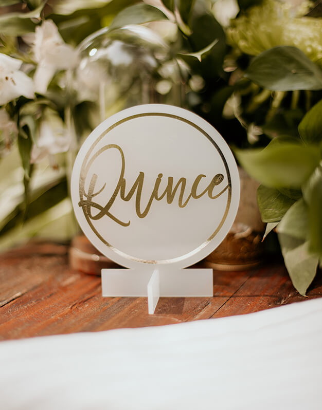 Elegante mesero sólido número escrito círculo o hexágono para decorar tu boda hasta el último detalle. Descubre las combinaciones disponibles en knots made with love.
