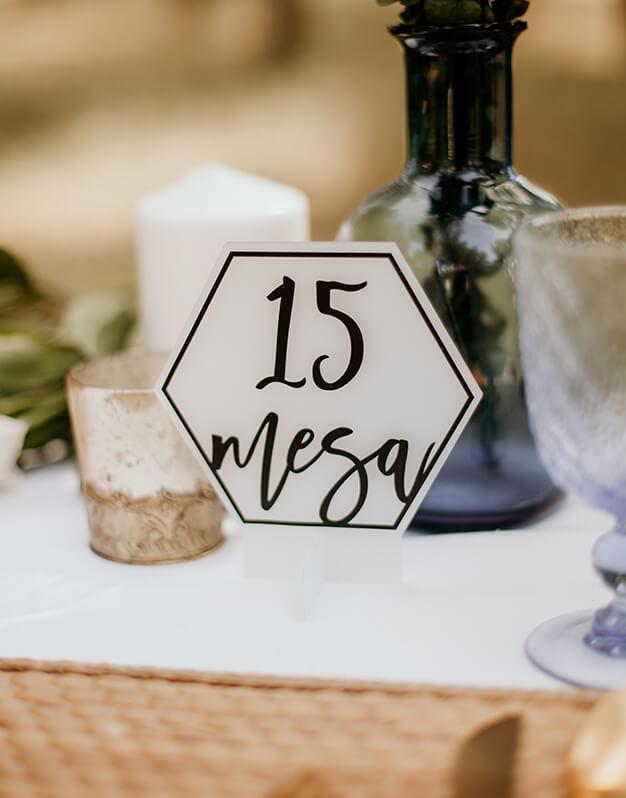 Elegante Mesero sólido número mesa círculo o hexágono para decorar tu boda hasta el último detalle. Descubre las combinaciones disponibles.