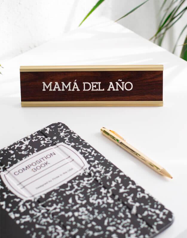Ofiknots la mama del año cartel para escritorio o despacho con mensaje para regalo del Día de la Madre. Diseño único de knots made with love
