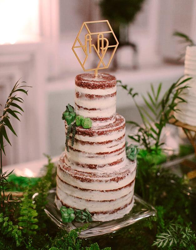¿Buscas un cake topper personalizado para tu gran día? Entra ahora y descubre el topper de iniciales más romántico para vuestra boda. ¡Te esperamos!