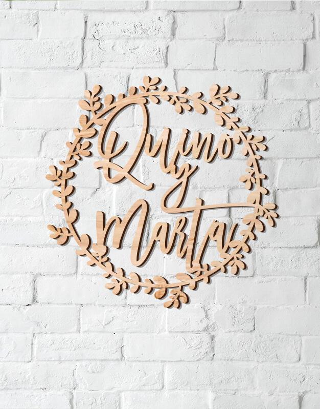 Corona de ramitas en madera con nombres perfecta para dormitorios o para decorar en bodas. Descúbrelo en nuestra tienda online y regala knots made with love.