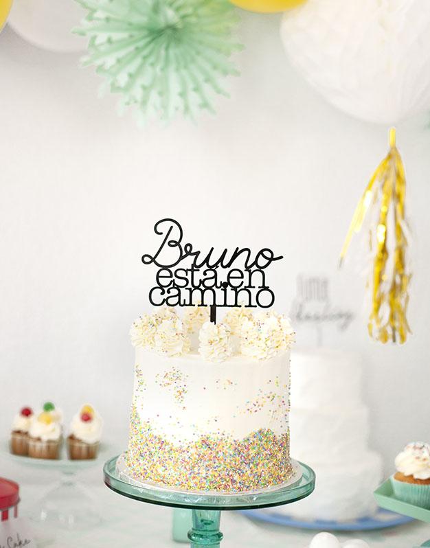 Nombre está en camino cake toppers para baby disponible en más de 30 colores. Descubre este adorno para pastel único en knots made with love