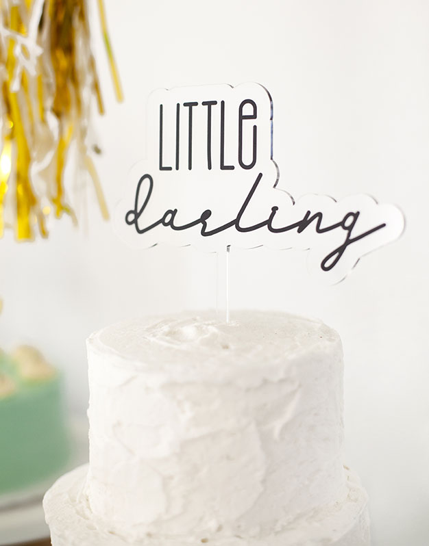 Little Darling cake topper adorno para tarta para baby disponible en más de 30 colores. Descubre este adorno para pastel único en knots made with love