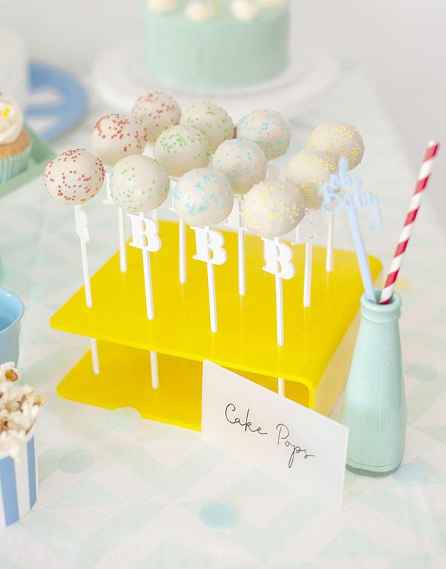 Palitos Inicial para cake pops o piruletas disponibles en el color que quieras para fiestas personalizadas. ¡Qué vivan las fiestas personalizadas!