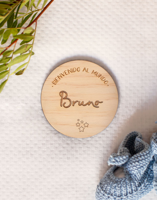 Hemos creado un diseño único para recién nacidos, una Placa Bienvenido al mundo Nombre madera para presentar al recién nacido. Descubre la colección knots.