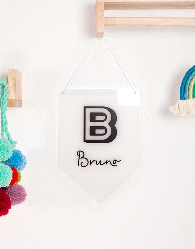 Banderola con Inicial y Nombres en madera o acrílico para decorar el dormitorio. No te pierdas la selección de regalos knots para recién nacido knots.