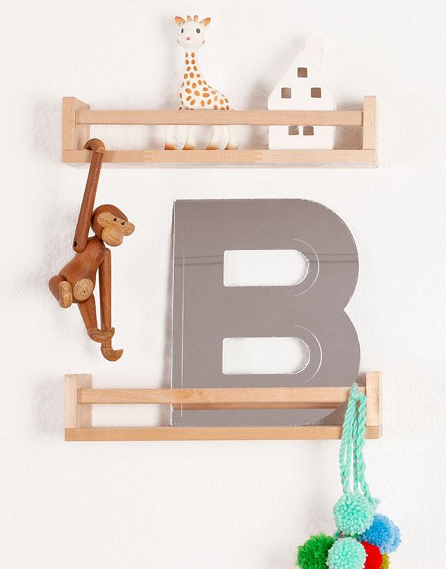 Espejo Inicial para pared para decorar el dormitorio. No te pierdas la selección de regalos knots para recién nacido knots.