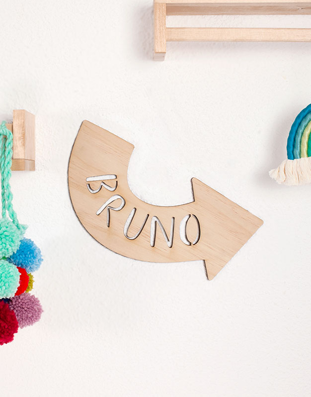 Flecha con nombre para la pared en madera o acrílico para decorar el dormitorio. No te pierdas la selección de regalos knots para recién nacido knots.