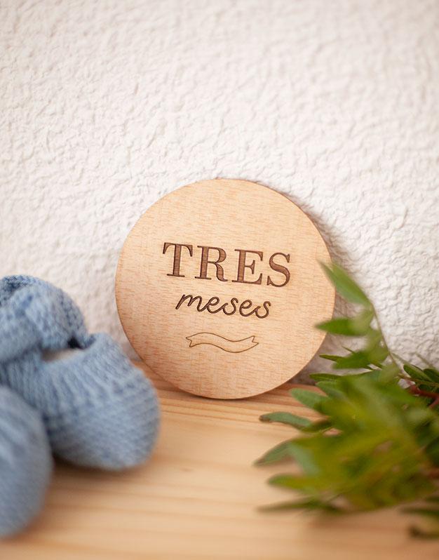 Set 12 placas cumplemeses en madera para fotografiar junto al bebé como recuerdo. No te pierdas la selección de regalos knots para recién nacido knots.