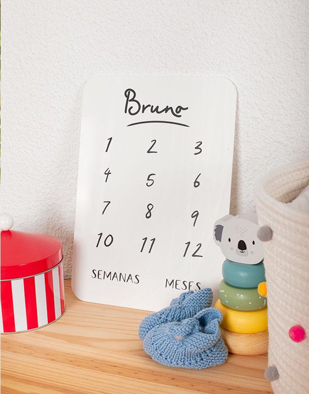 Hemos creado un diseño único para recién nacidos, una cartel cumplemeses personalizado nombremadera para el seguimiento del bebé durante el primer año.