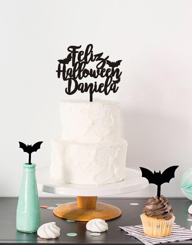 Este año decora tus dulces con Feliz Halloween personalizado nombre, si celebras un cumpleaños de Halloween ¡este es tu knots! Consíguelo aquí.